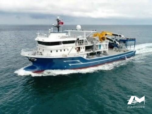Thonier senneur neuf coque acier de 50 x 17 m moteurs 6300 CV avec 2 grues et 2 petits bateaux annexes en acier
